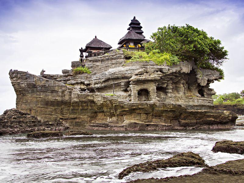هنگام مسافرت به بالي سری به معبد تانا لوط بزنید.
