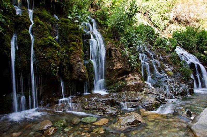 آبشار هفت چشمه یکی از جاهای دیدنی کرج در تابستان