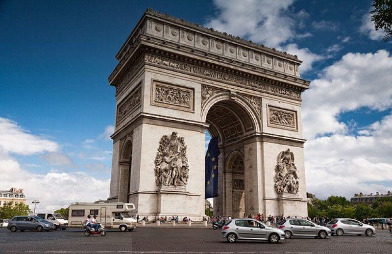 تصویر طاق پیروزی در هنگام سفر به پاریس در ژانویه