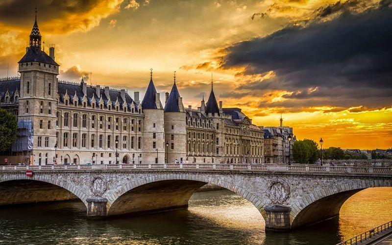 ساختمان La Conciergerie از جاذبه های گردشگری پاریس فرانسه