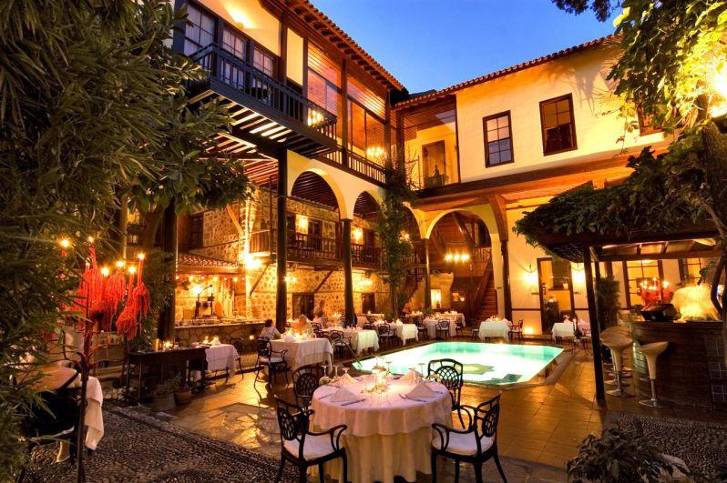 رستوران آلپ پاشا در هنگام سفر به آنتالیا در پاییز