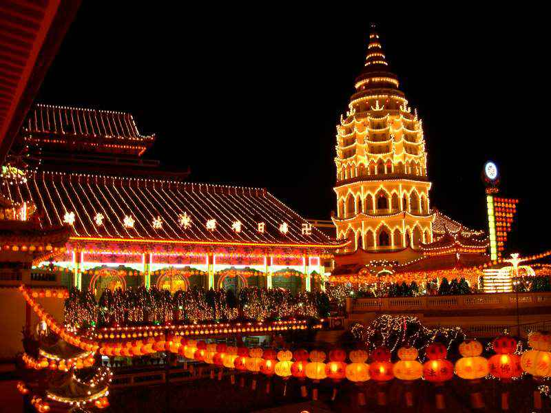 نمایی از معبد کک لوک سی - سفر به مالزی بدون ویزا است !