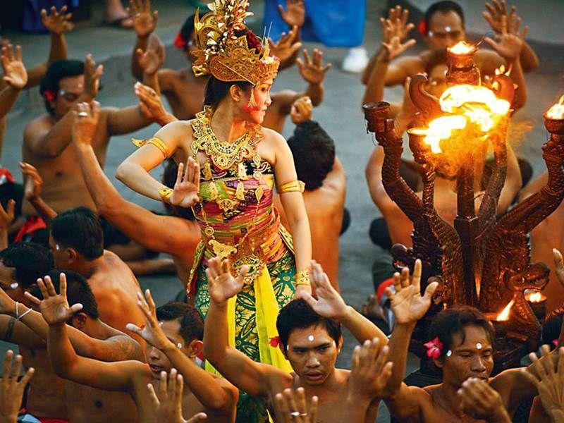 هنگام سفر به بالی با بچه کودکان را به جشن ها ببرید تا خوشحال شوند